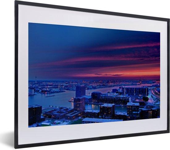 Foto in lijst - Paarse lucht boven Rotterdam in Nederland fotolijst zwart met witte passe-partout klein 40x30 cm - Poster in lijst (Wanddecoratie woonkamer / slaapkamer)