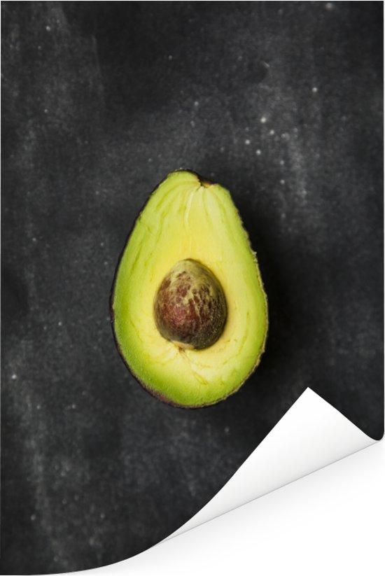 Eenzame avocado op een tafel Poster 60x90 cm - Foto print op Poster (wanddecoratie woonkamer / slaapkamer)