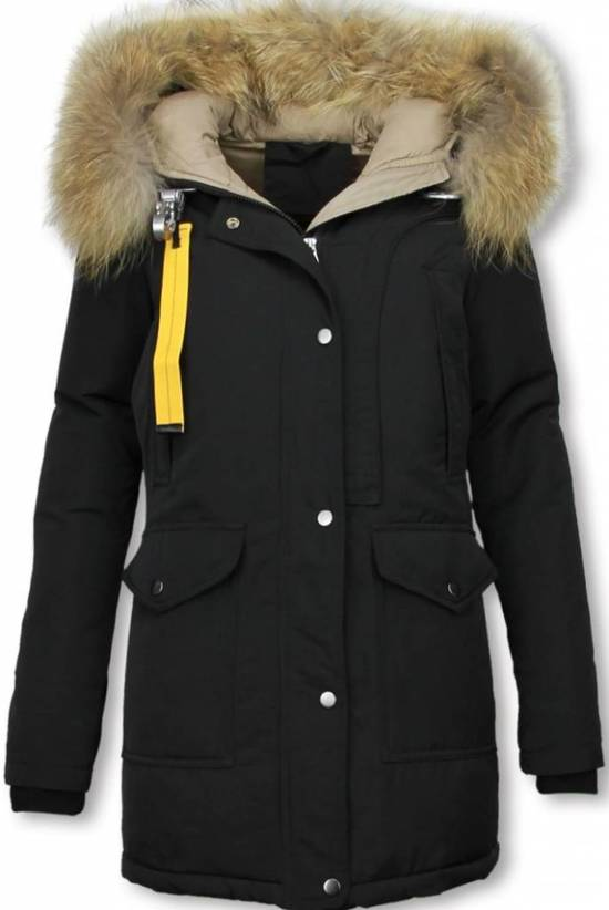 Helemaal winterproof met lange winterjassen voor dames Bescherm jezelf optimaal tegen het koude weer. Zoek je een lange winterjas om de winter goed mee door te kunnen komen? Neem dan eens een kijkje in de webshop van OTTO. Met een lange winterjas weet je zeker dat je zo goed mogelijk bent beschermd tegen het koude Nederlandse weer.