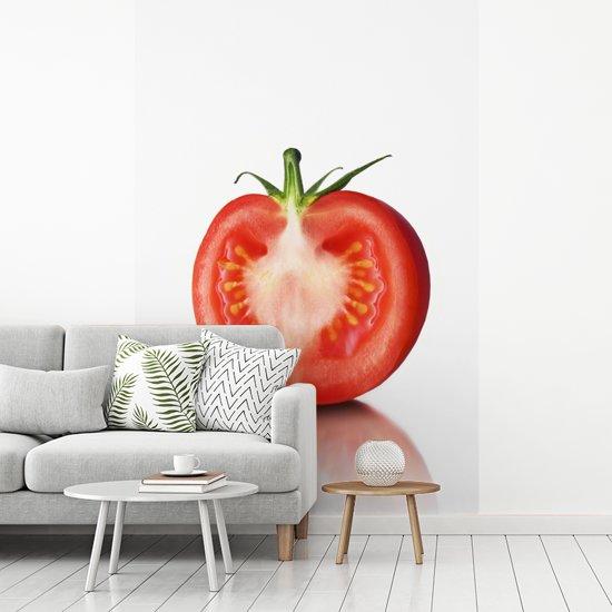 Fotobehang vinyl - Een doormidden gesneden tomaat tegen een witte achtergrond breedte 270 cm x hoogte 400 cm - Foto print op behang (in 7 formaten beschikbaar)