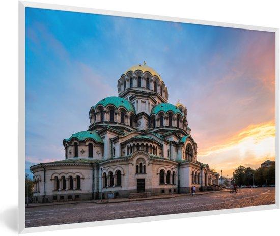 Foto in lijst - Zonsondergang bij de Kathedraal in de Bulgaarse stad Sofia fotolijst wit 60x40 cm - Poster in lijst (Wanddecoratie woonkamer / slaapkamer)