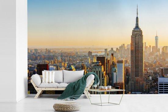 Fotobehang vinyl - Zonsondergang skyline van New York met het Empire State Building breedte 420 cm x hoogte 280 cm - Foto print op behang (in 7 formaten beschikbaar)