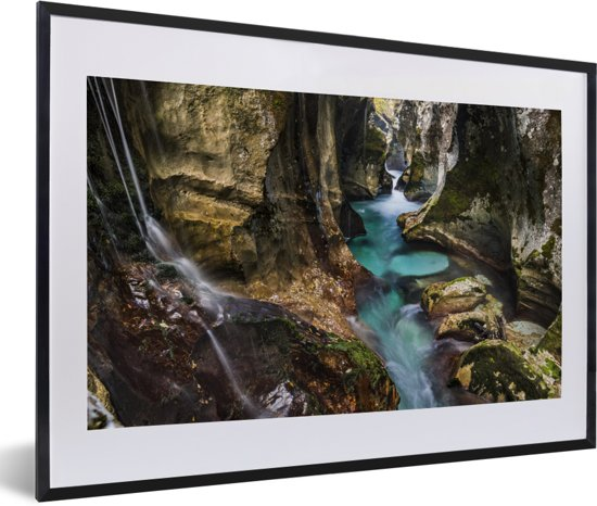 Foto in lijst - Turquoise riviertje in een kloof in het Nationaal park Triglav in Slovenië fotolijst zwart met witte passe-partout 60x40 cm - Poster in lijst (Wanddecoratie woonkamer / slaapkamer)