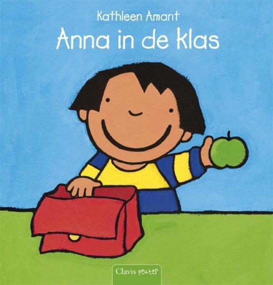 Mooi nederlands meisje speelt met haar poesje in de badkamer 2