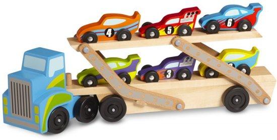 Grote autotransporter met zes raceauto's