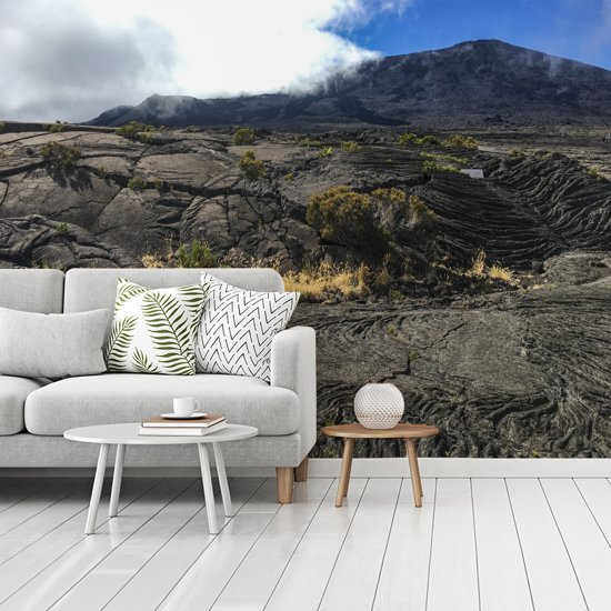 Fotobehang vinyl - De vulkaan Piton de la Fournaise op het Afrikaanse eiland Réunion breedte 480 cm x hoogte 360 cm - Foto print op behang (in 7 formaten beschikbaar)