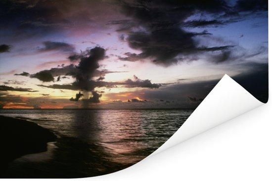 Wolken boven de zee bij het eiland Sipadan in Azië Poster 60x40 cm - Foto print op Poster (wanddecoratie woonkamer / slaapkamer)