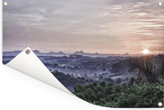 Zonsopgang boven het mistige Viñales in het Noord-Amerikaanse Cuba Tuinposter 90x60 cm - Tuindoek / Buitencanvas / Schilderijen voor buiten (tuin decoratie)