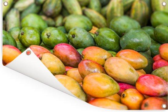 Rijpe mango's op een markt Tuinposter 120x80 cm - Tuindoek / Buitencanvas / Schilderijen voor buiten (tuin decoratie)