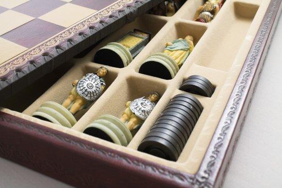 Luxe schaakset - Handbeschilderde Grieken vs Romeinen schaakstukken + rood / goud schaakbord met opbergbox (+ backgammon) - 35 x 35 cm