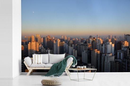 Fotobehang vinyl - De eerste zonnestralen schijnen over de lichten van São Paulo in Zuid-Amerika breedte 540 cm x hoogte 360 cm - Foto print op behang (in 7 formaten beschikbaar)