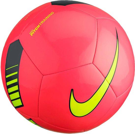 6157b1b0981 bol.com   Nike Pitch Training Voetbal - roze/zwart/geel