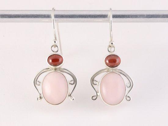 Fijne bewerkte zilveren oorbellen met roze opaal en granaat