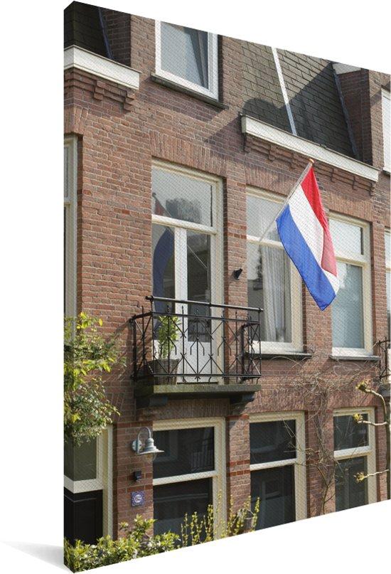 Nederlandse vlag hangt aan een huis Canvas 60x90 cm - Foto print op Canvas schilderij (Wanddecoratie woonkamer / slaapkamer)
