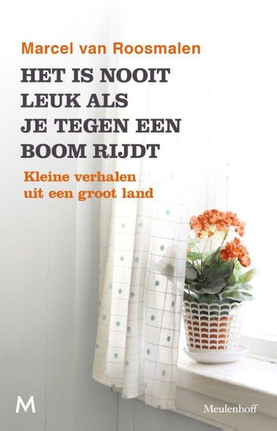 Boek cover Het is nooit leuk als je tegen een boom rijdt van Marcel van Roosmalen (Paperback)
