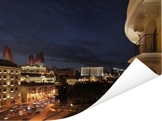 De Flame Towers van Bakoe in de stad van Azerbeidzjan zichtbaar Poster 80x60 cm - Foto print op Poster (wanddecoratie woonkamer / slaapkamer)