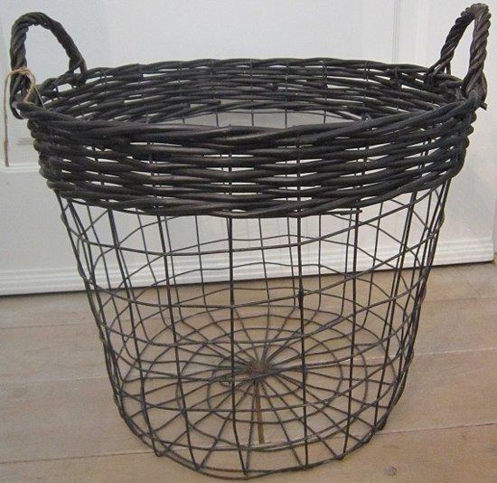 Grote draadmand van zwart metaal met rotan. 40 x 40 cm Ø