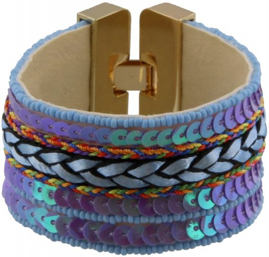 Ibiza stijl armband met glanzende blauwe kraaltjes en palletjes, en een gevlochten touwtje. De armband heeft een goudkleurige sluiting.