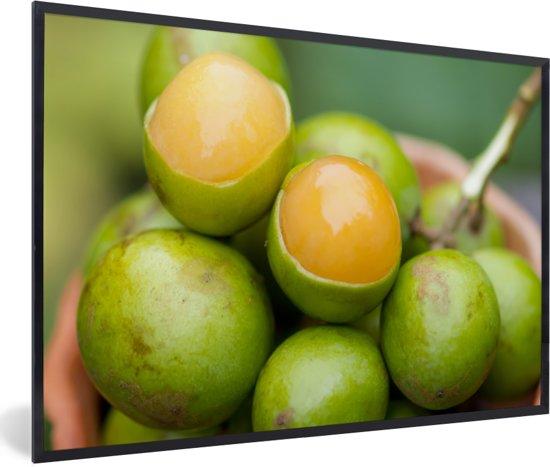 Foto in lijst - De tropische oranje knippa vrucht in een bak fotolijst zwart 60x40 cm - Poster in lijst (Wanddecoratie woonkamer / slaapkamer)