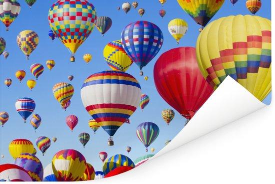Hete luchtballons die in een blauwe hemel zweven Poster 90x60 cm - Foto print op Poster (wanddecoratie woonkamer / slaapkamer)