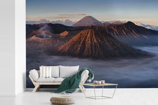 Fotobehang vinyl - Mist trekt door het grauwe vulkanische landschap van het Nationaal park Bromo Tengger Semeru breedte 360 cm x hoogte 240 cm - Foto print op behang (in 7 formaten beschikbaar)