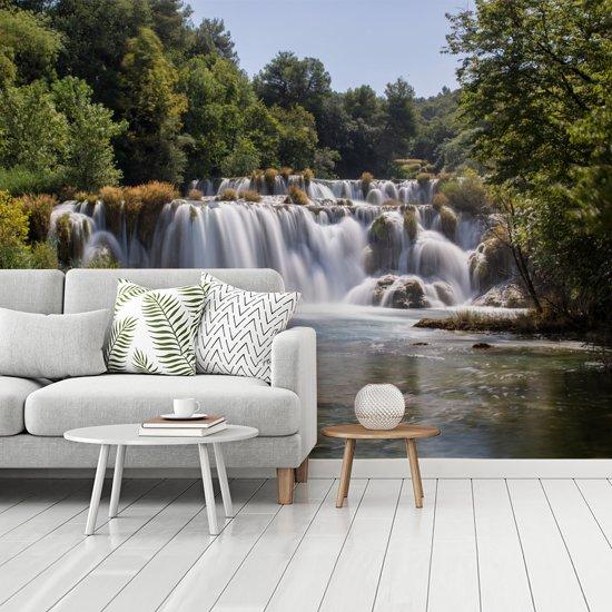 Fotobehang vinyl - De Skradinski Buk-watervallen tussen de bossen in Krka in Kroatië breedte 335 cm x hoogte 250 cm - Foto print op behang (in 7 formaten beschikbaar)