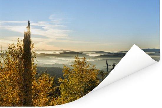 Herfstkleurige bomen met uitzicht op het Tsjechische Nationaal park Šumava Poster 90x60 cm - Foto print op Poster (wanddecoratie woonkamer / slaapkamer)