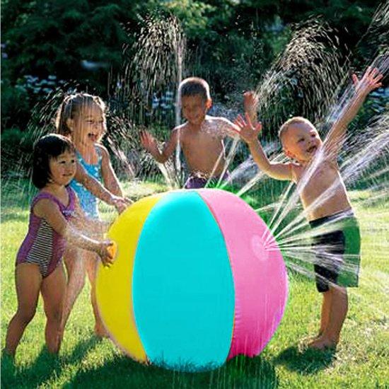 Kinderen bij een grote opblaasbare water sproeiende bal in de tuin.