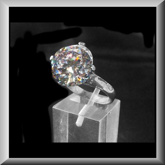 Spectaculaire Zirconia van 7,5 karaat, gezet in zilveren ring