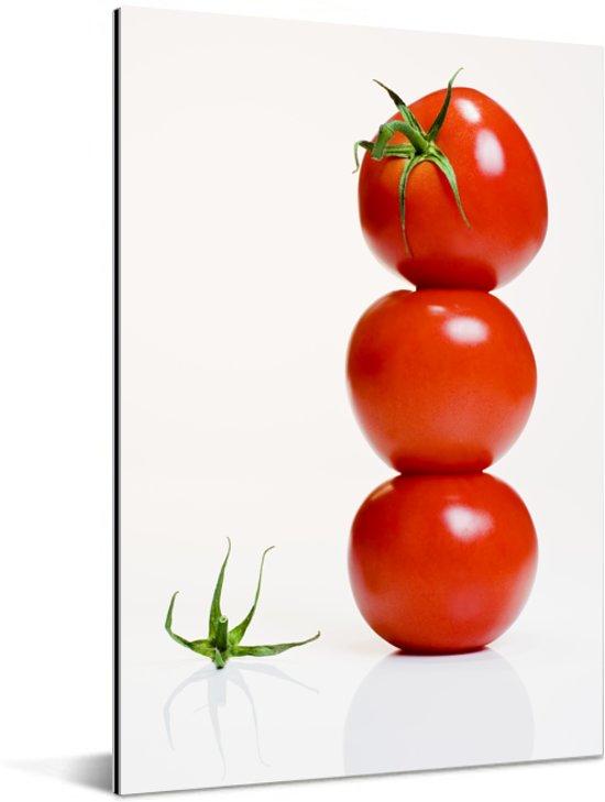 Een stapel van tomaten tegen een witte achtergrond Aluminium 20x30 cm - klein - Foto print op Aluminium (metaal wanddecoratie)