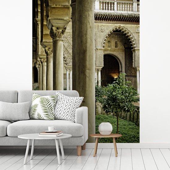 Fotobehang vinyl - Mooie pilaren in de tuinen van Koninklijk Paleis van Sevilla breedte 220 cm x hoogte 300 cm - Foto print op behang (in 7 formaten beschikbaar)