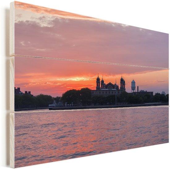 Ellis Island bij zonsondergang in New York in de Verenigde Staten Vurenhout met planken 90x60 cm - Foto print op Hout (Wanddecoratie)