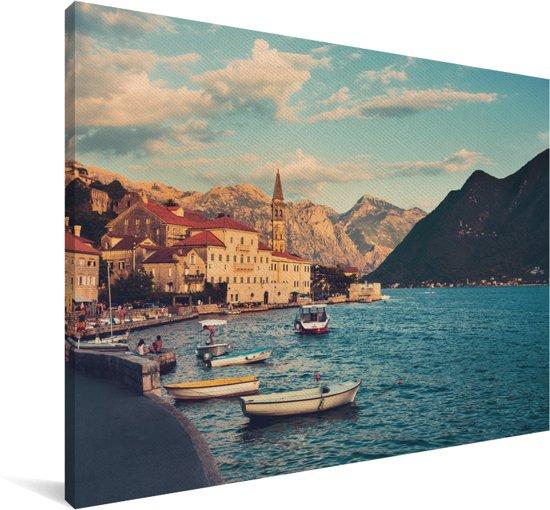 Baai van Kotor met boten in het meer in Montenegro Canvas 60x40 cm - Foto print op Canvas schilderij (Wanddecoratie woonkamer / slaapkamer)