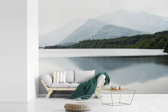 Fotobehang vinyl - Mistige bergen bij het meer in het Nationaal park Snowdonia breedte 330 cm x hoogte 240 cm - Foto print op behang (in 7 formaten beschikbaar)