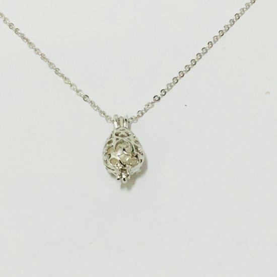 Fashionidea - Mooie zilverkleurige ketting met fantasiehanger en witte parel