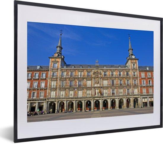 Foto in lijst - Plaza de Mayor met blauwe lucht in het Spaanse Madrid fotolijst zwart met witte passe-partout klein 40x30 cm - Poster in lijst (Wanddecoratie woonkamer / slaapkamer)