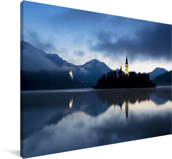 Schemerig meer van Bled in Slovenië Canvas 180x120 cm - Foto print op Canvas schilderij (Wanddecoratie woonkamer / slaapkamer) XXL / Groot formaat!