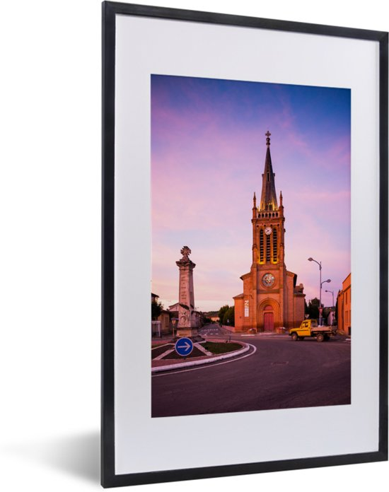 Foto in lijst - Paarse tinten bij de kerk in de Franse stad Toulouse fotolijst zwart met witte passe-partout 40x60 cm - Poster in lijst (Wanddecoratie woonkamer / slaapkamer)