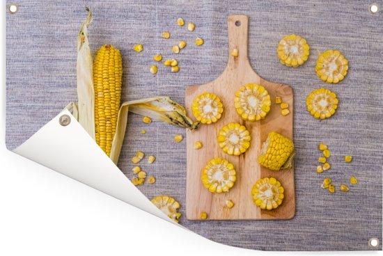 Gesneden maïskolven op een hakbord Tuinposter 60x40 cm - klein - Tuindoek / Buitencanvas / Schilderijen voor buiten (tuin decoratie)