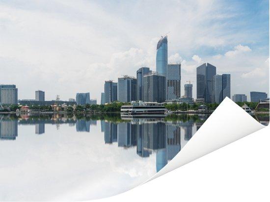 De gebouwen in Hangzhou weerspiegelen in het water van de rivier Poster 40x30 cm - klein - Foto print op Poster (wanddecoratie woonkamer / slaapkamer)