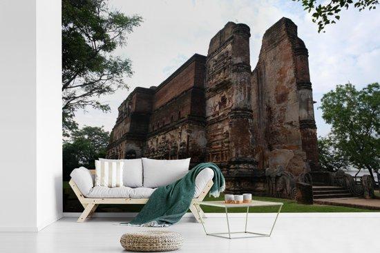 Fotobehang vinyl - Torenhoog stenen tempel in Polonnaruwa Sri Lanka breedte 420 cm x hoogte 280 cm - Foto print op behang (in 7 formaten beschikbaar)