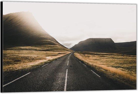 Dibond –Weg tussen de Bergen– 90x60 Foto op Aluminium (Wanddecoratie van metaal)