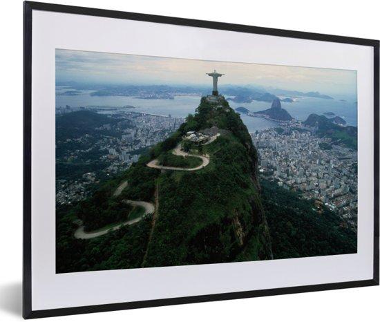 Foto in lijst - Christus de Verlosser met een uitzicht op Rio de Janeiro fotolijst zwart met witte passe-partout 60x40 cm - Poster in lijst (Wanddecoratie woonkamer / slaapkamer)