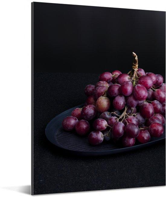 Mysterieuze rode druiven op een donkere tafel Aluminium 60x80 cm - Foto print op Aluminium (metaal wanddecoratie)