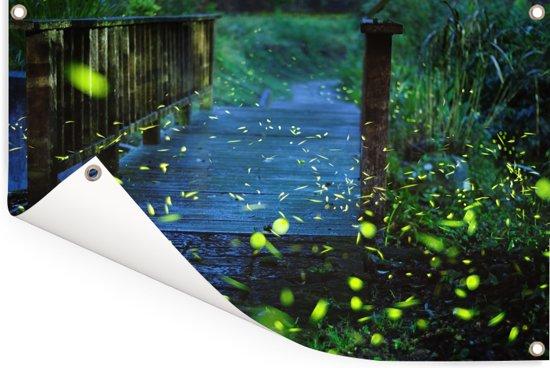 Vuurvliegjes over een brug Tuinposter 60x40 cm - klein - Tuindoek / Buitencanvas / Schilderijen voor buiten (tuin decoratie)