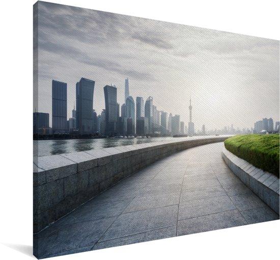 Uitzicht vanaf de oeverpromenade op het stadsbeeld van Shanghai in China Canvas 140x90 cm - Foto print op Canvas schilderij (Wanddecoratie woonkamer / slaapkamer)