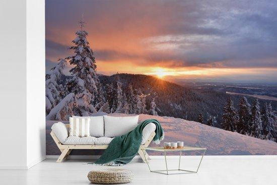 Fotobehang vinyl - Opkomende zon bij de Noord-Amerikaanse Grouse Mountain breedte 540 cm x hoogte 360 cm - Foto print op behang (in 7 formaten beschikbaar)