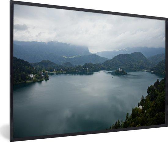 Foto in lijst - Meer van Bled in Slovenië fotolijst zwart 60x40 cm - Poster in lijst (Wanddecoratie woonkamer / slaapkamer)