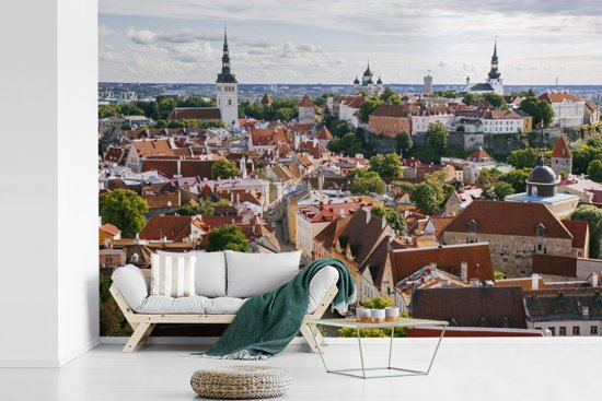 Fotobehang vinyl - Het Stadshart van Tallinn vanaf een heuvel in Estland breedte 360 cm x hoogte 240 cm - Foto print op behang (in 7 formaten beschikbaar)