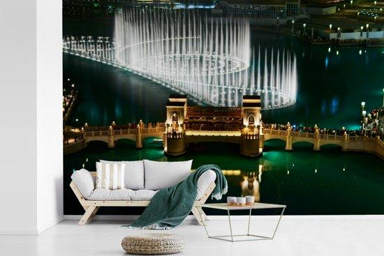 Fotobehang vinyl - Prachtige opspringende fonteinen in Dubai breedte 330 cm x hoogte 220 cm - Foto print op behang (in 7 formaten beschikbaar)